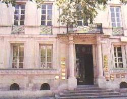 Attaches provençales : Nîmes...