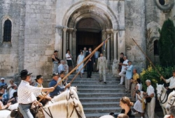 Sortie de messe, en direction du rassemblement
