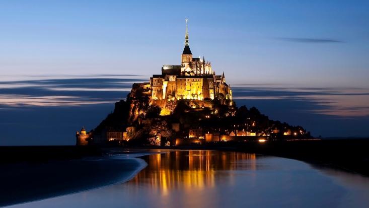 """""""Voici donc treize siècles que le Mont-Saint-Michel existe ! Treize siècles d'histoire. Treize siècles de vie religieuse, politique et militaire 2020026434"""