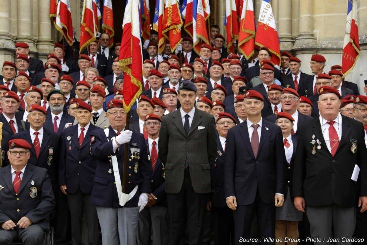Le service de la France par les Armes est une des traditions des princes de la famille de France : ici, le prince Jean au milieu des paras, qu'il a reçus au domaine royal de Dreux (12.09.2015) 3674034350