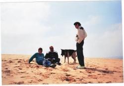 Athos et ses maîtres sur la plage de Mimizan