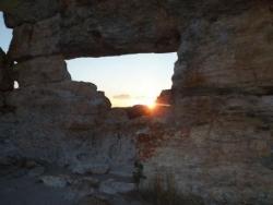 le coucher de soleil sur la fenêtre