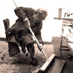 Hans Hartung ses outils, en train de peindre