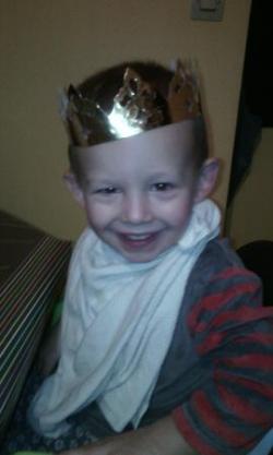 Gabriel essaie la couronne