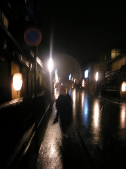 Gion, le quartier des geishas, la nuit... un fantô