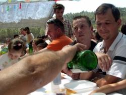 Leontino servindo um copo