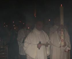 l'assemblée entre dans l'église