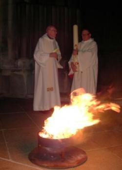 bénédiction du feu nouveau sur le parvis