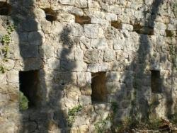 Velnasque- mur d'enceinte avec archères