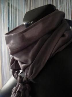écharpe tressée en voile de laine gris