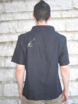 vue de dos top en lin noir, manche courte, empiece