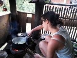 Cora... derrière les casseroles :)
