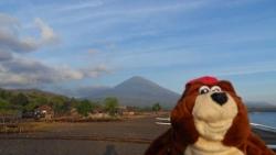 Norbert devant le Mont Agung