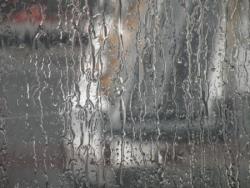 De la pluie sur une vitre d'aéroport