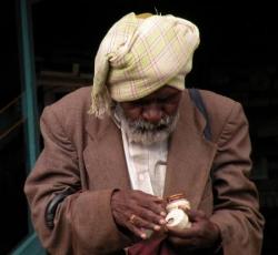 Un vieil homme sur la route de Mysore