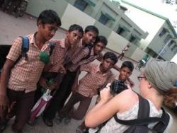 Laure avec des écoliers
