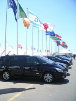 Les voitures officielles devant le marché du film